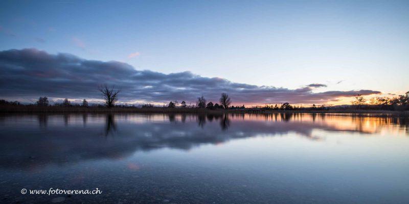 schöne Spiegelung zur blauen Stunde am Pfäffikersee
