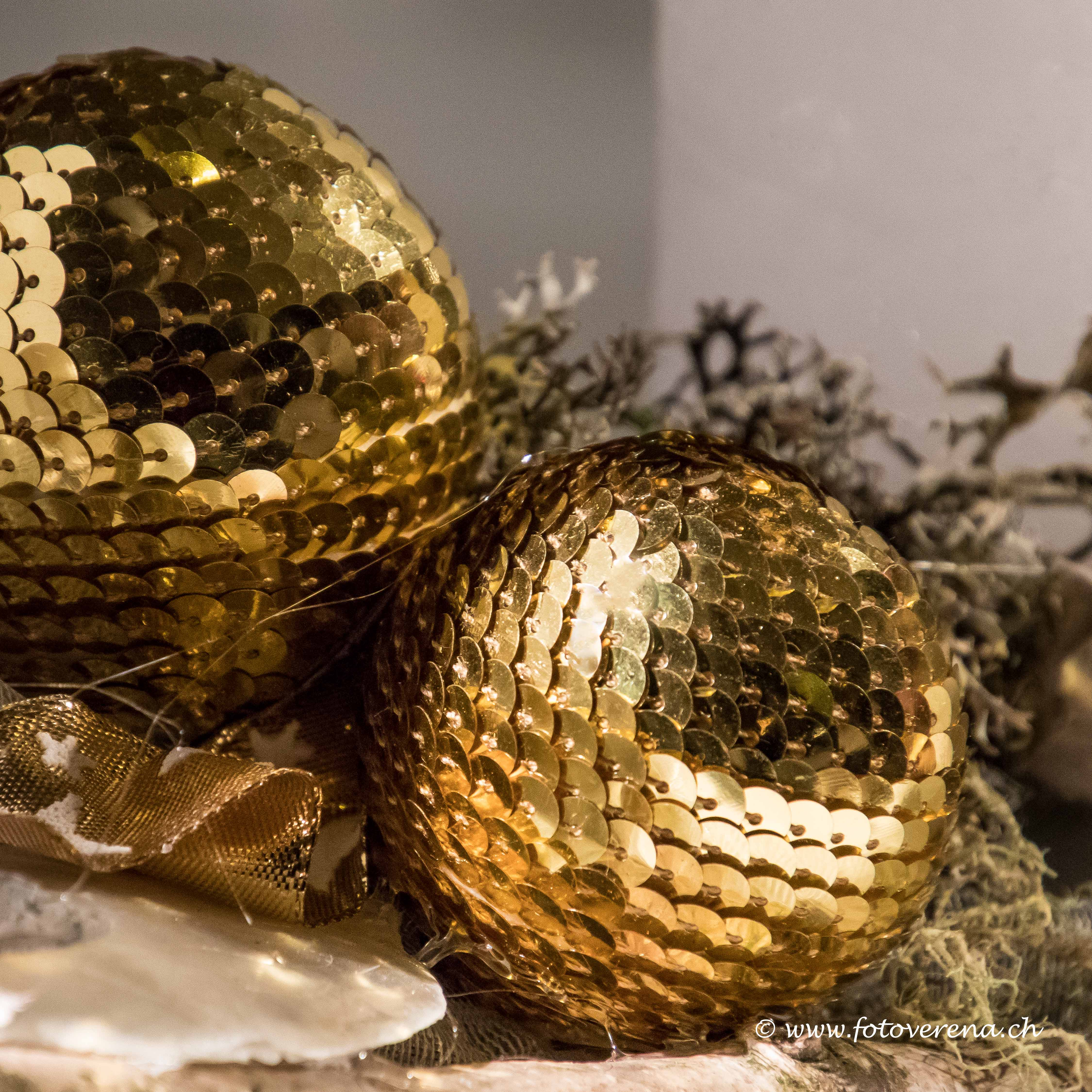 Goldene Weihnachtskugeln.Grosse Goldene Weihnachtskugeln Als Fotokartenmotiv